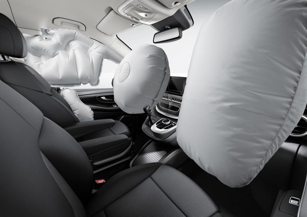 In einem Auto befinden sich neben dem Airbag im Lenkrad noch vier weitere Kunststoffsäcke, die alle Insassen schützen