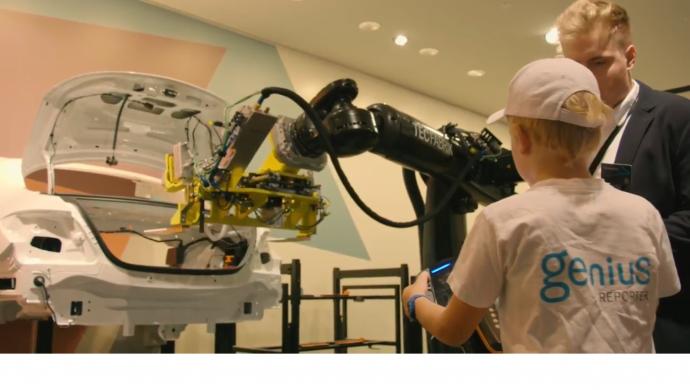 Genius Kinderreporter Nick auf der IAA Pkw 2017 beim Einbau einer Autobatterie in eine Karosserie - ganz einfach mit dem Roboter