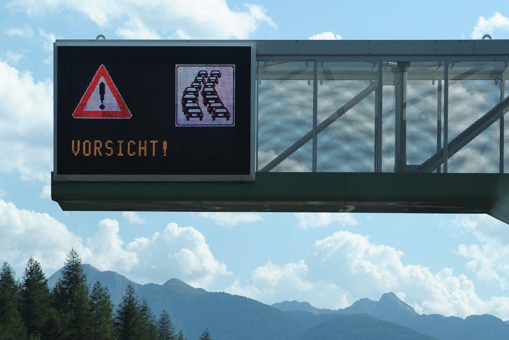 """Genius Wissenscommunity von Daimler: Stau Verkehrsschild auf der Autobahn, """"Was ist Stau?"""", """"Wie entsteht Stau?"""""""