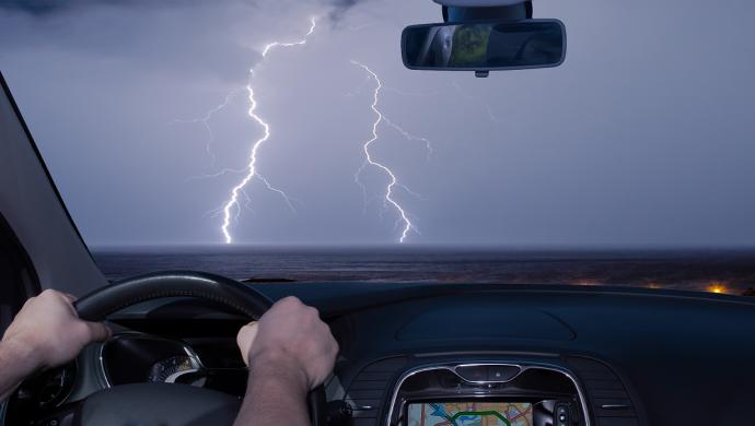Ein faradayscher Käfig schützt Autofahrer vor Blitzen