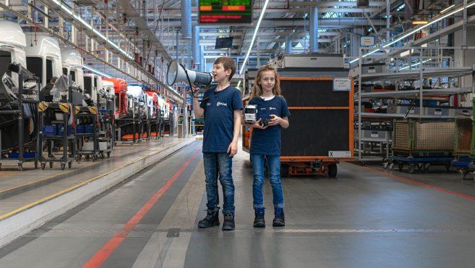 Die Genius Kinderreporter Alex und Milena besichtigen das LKW Werk Wörth