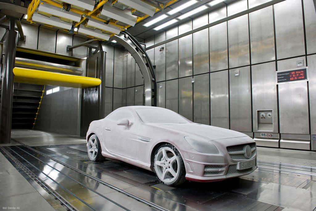 Ein Auto wird in einem Klimawindkanal getestet