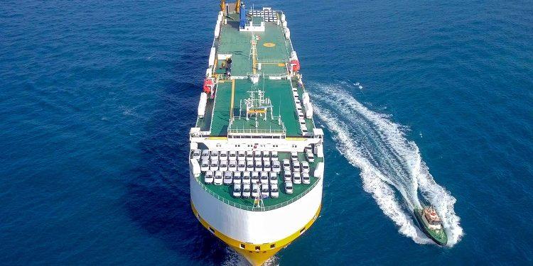 Dank Auftrieb, Form und Gewicht kann ein Schiff schwimmen