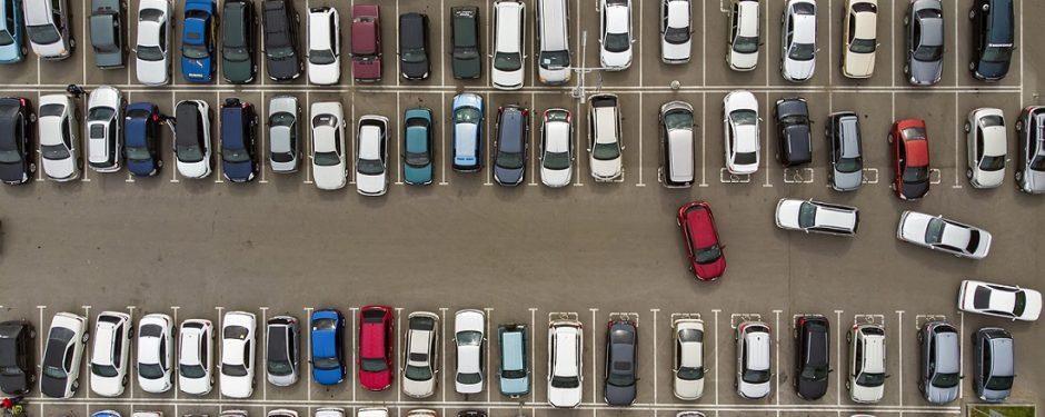 Parkende Autos auf vollem Parkplatz