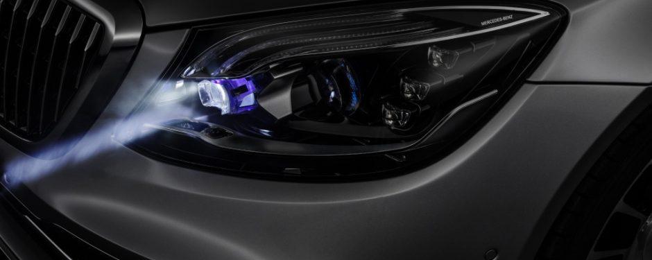 Eine Lichtmaschine erzeugt während der Fahrt Strom. Uter anderem für die Scheinwerfer.