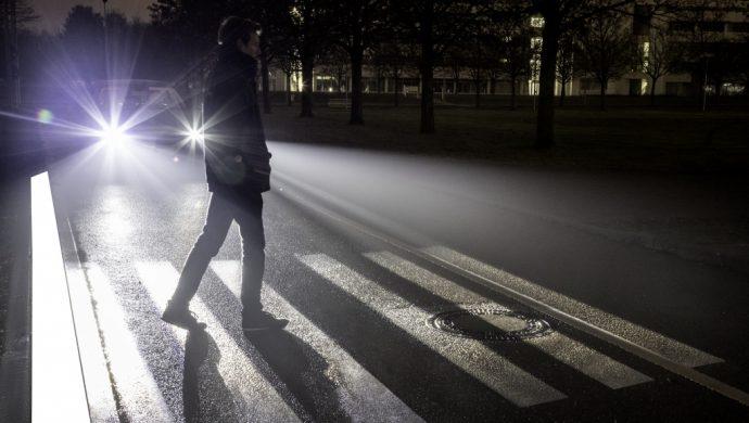 Alles über den Nachtfahrsimulator und die spannende Welt der Autoscheinwerfer und Beleuchtung erzählt Genius, die junge Wissenscommunity von Daimler