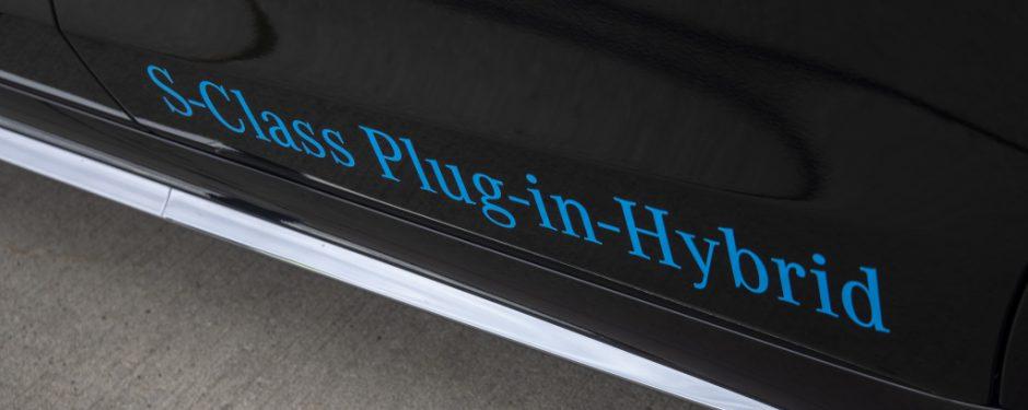 """Beitragsfoto """"Was ist ein Plug-in-Hybrid?"""" – Nahaufnahme der Aufschrift """"Plug-in-Hybrid"""" außen auf einer Mercedes-Benz S-Klasse in Onyxschwarz"""
