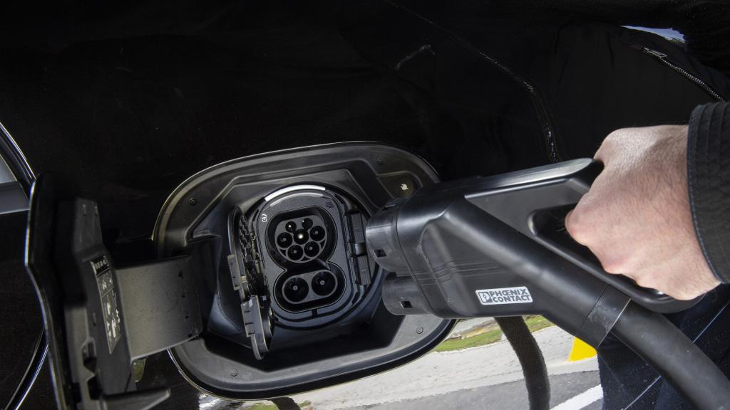 Nahaufnahme der Ladebuchse eines Mercedes-Benz S-Klasse Plug-in-Hybrids in der Farbe Onyxschwarz,