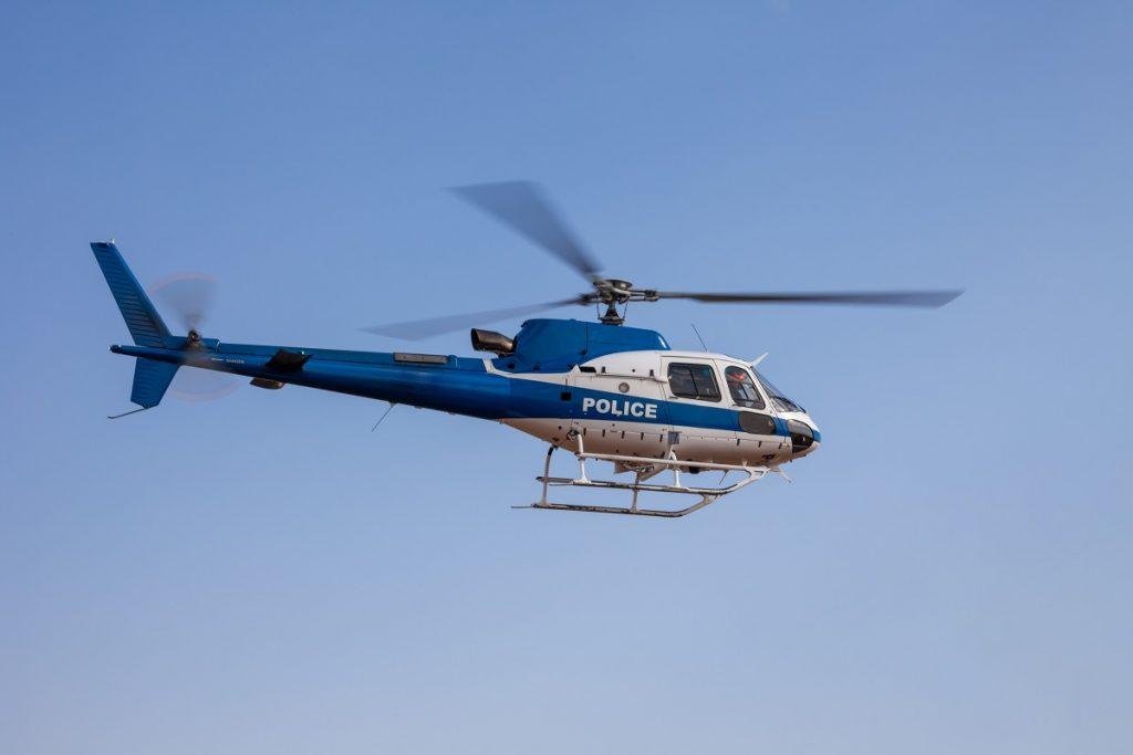"""Beitragsfoto zum Blogbeitrag """"Wie fliegt ein Hubschrauber?"""" - Blauer Polizeihhubschrauber - Genius Die junge WissensCommunity von Daimler"""